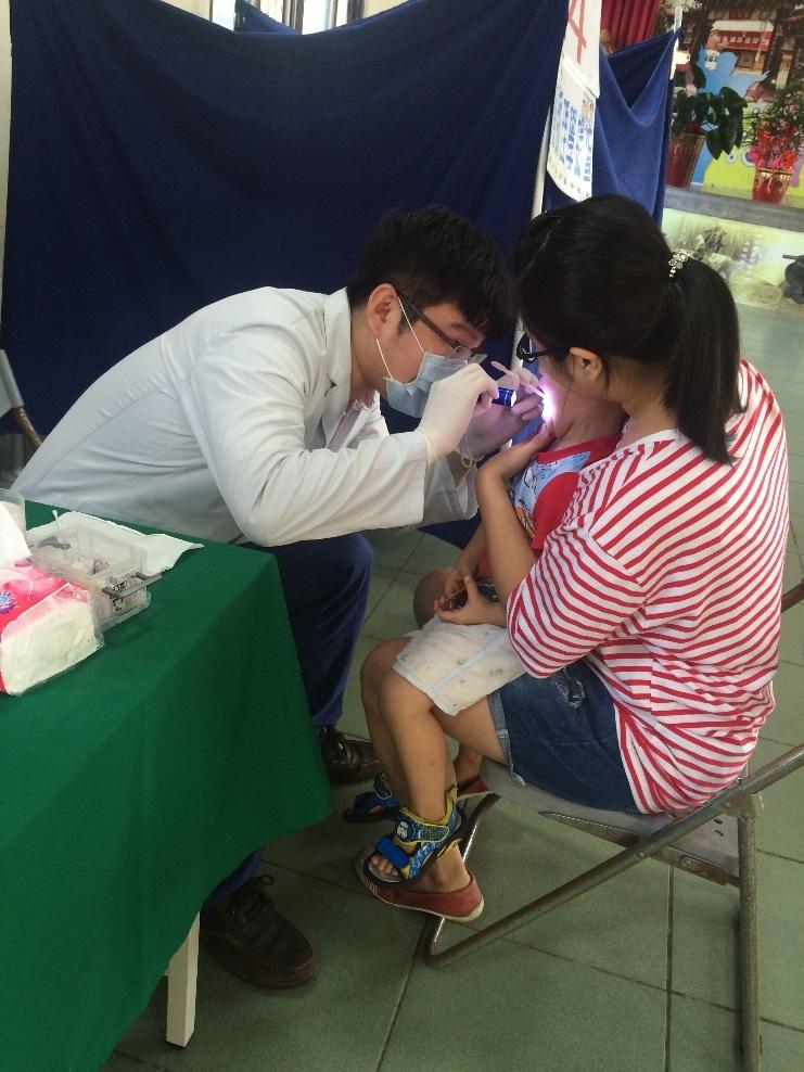 圖1 牙醫師為幼童進行口腔檢查