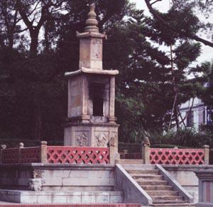 圖片描述:聖蹟亭主體建築─爐體壇台及紅磚砌成的圍欄