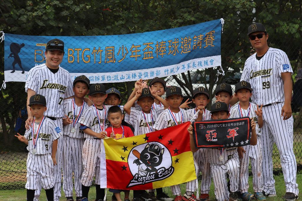 創隊總教練前中華職棒兄弟象投手羅國華(右一)帶領參加BTG竹風少年盃棒球邀請賽奪亞軍