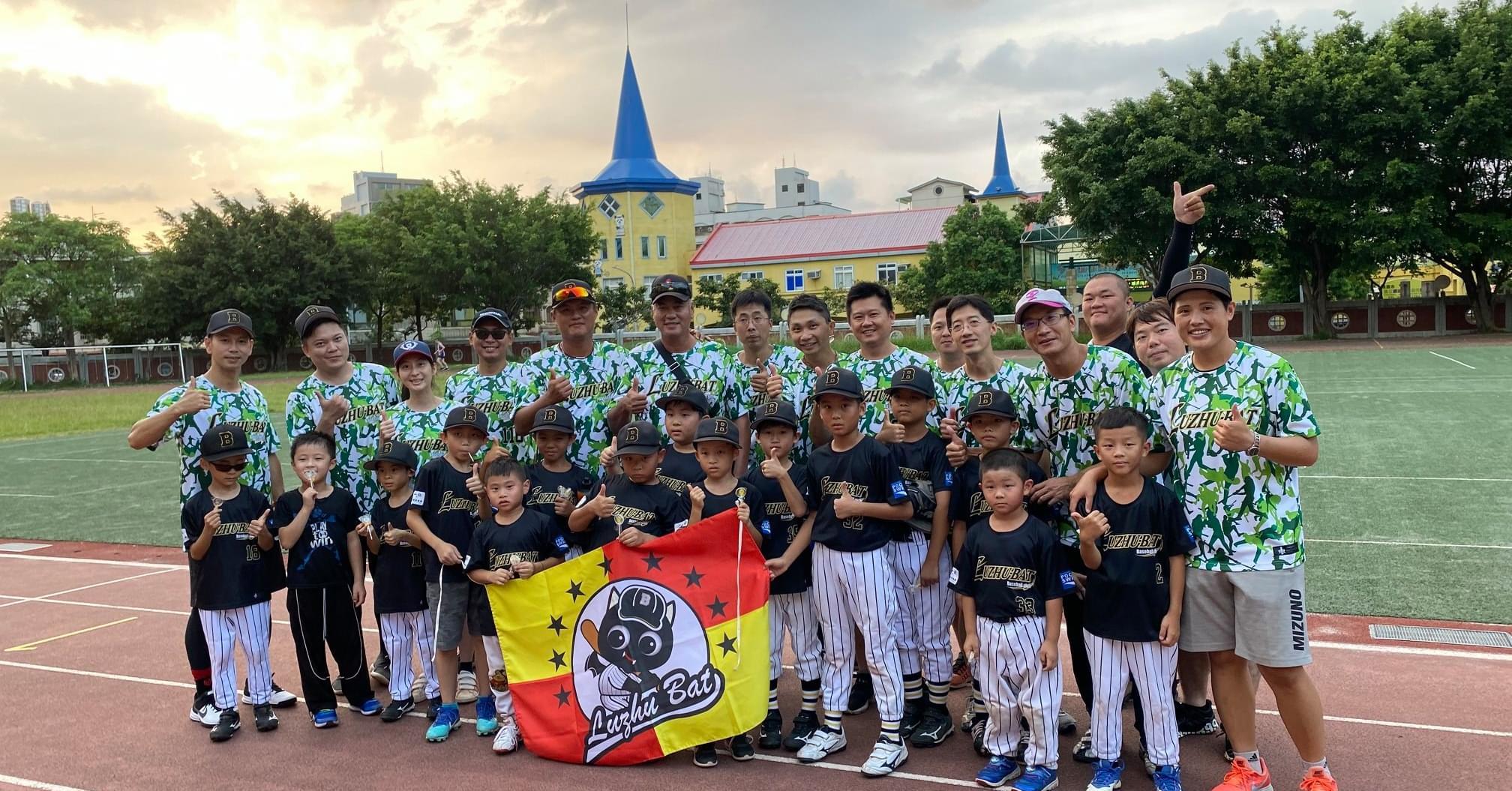 邀請前中華職棒兄弟一代象選手王光輝關懷小球員,一同展示父親節綠色球衣