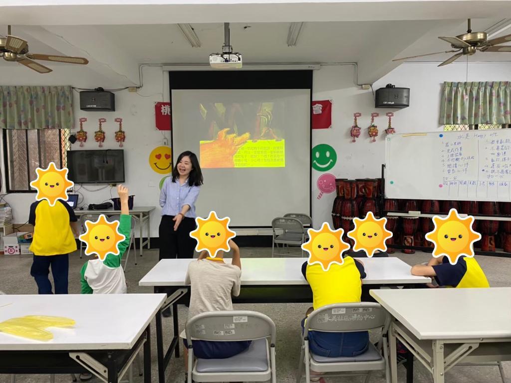 透過繪本的方式進行團體輔導,教孩子善用人際關係技巧
