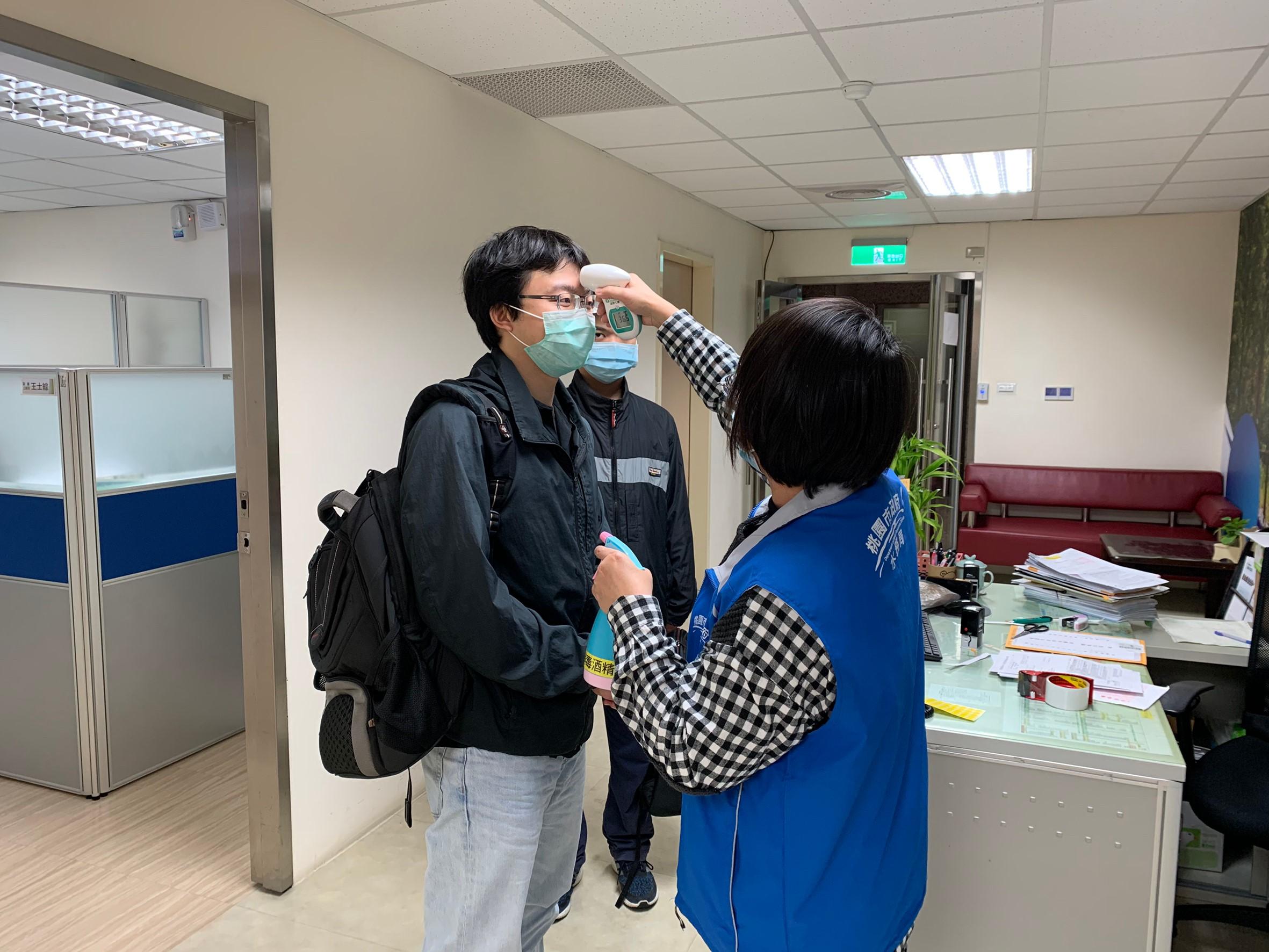 訪客進入本局需由專人量測體溫