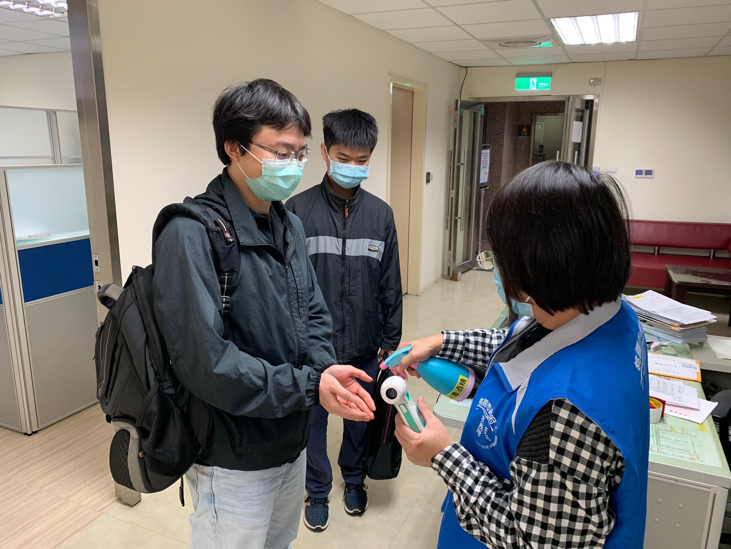 訪客進入本局需由專人進行手部消毒作業
