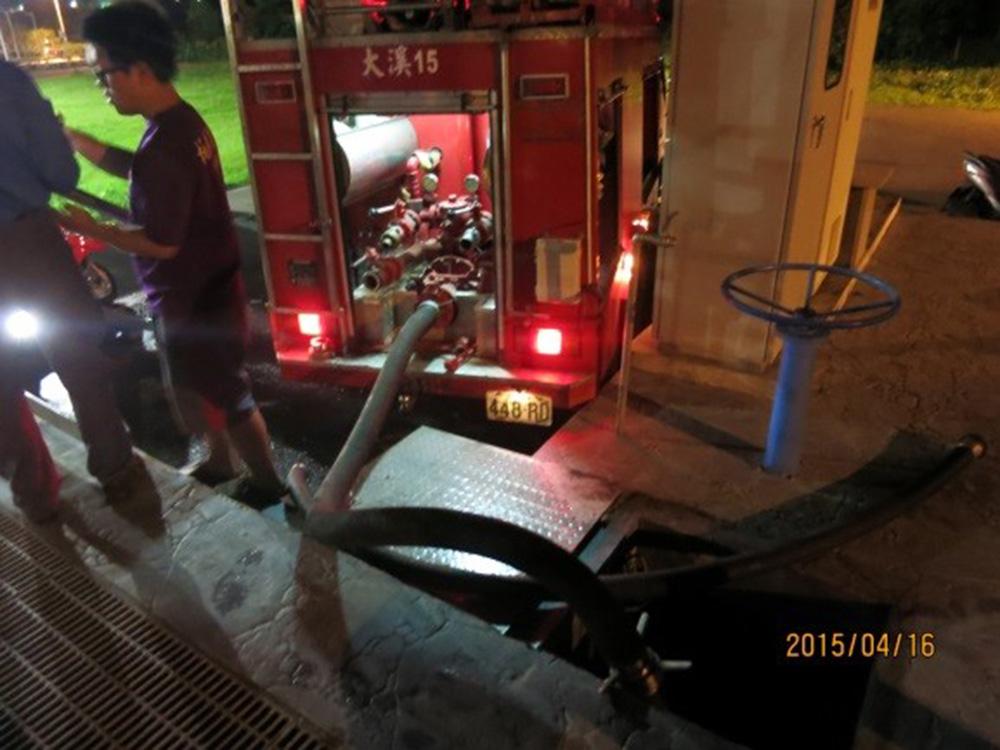 《大溪水資源中心設有民眾免費取水站,提供給民眾澆灌用》,消防車夜間取水照片