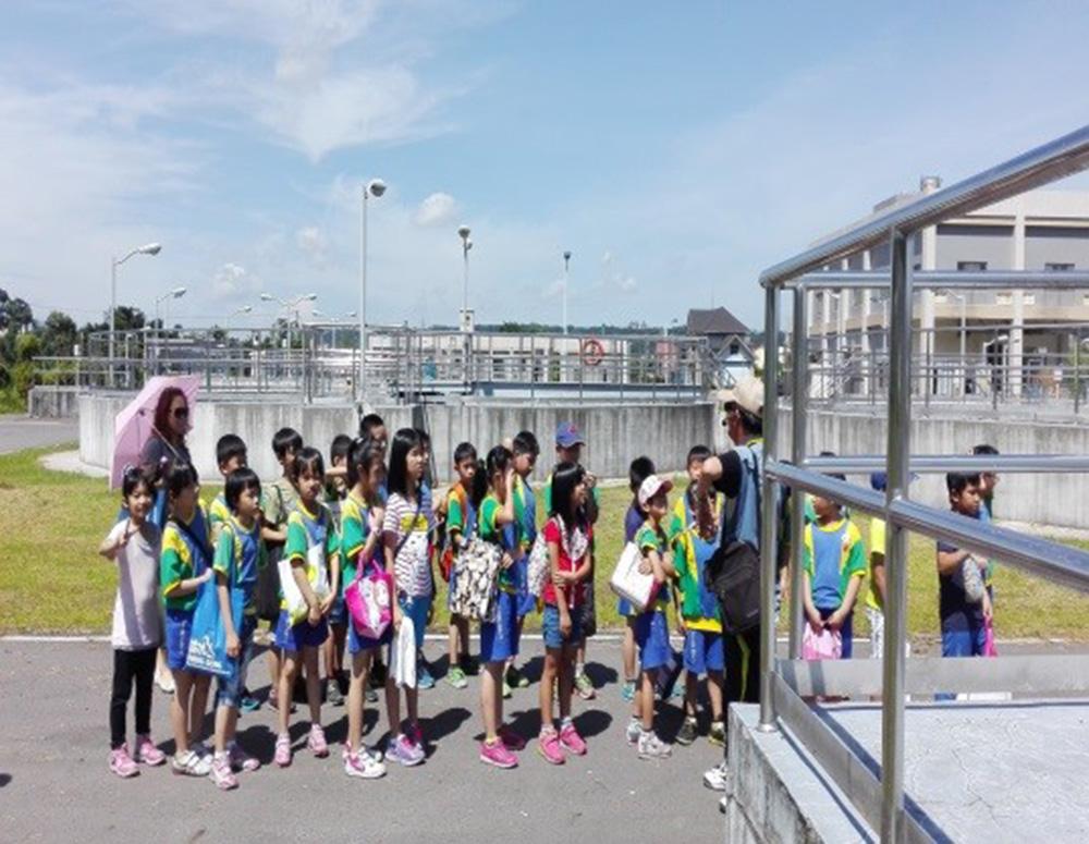機關及學校環境教育體驗活動:向小朋友們介紹二沉池單元解說