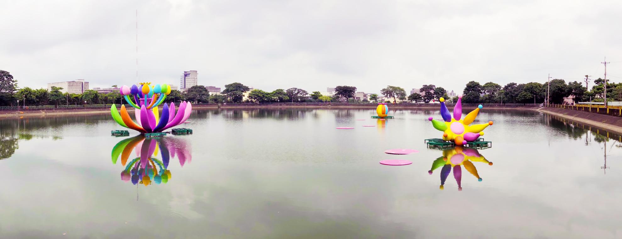臺灣藝術家賴純純作品《桃樂源》,結合桃園特色埤塘,作品的色彩與水中倒影呼應,營造活力意象,也象徵多元的族群融合。