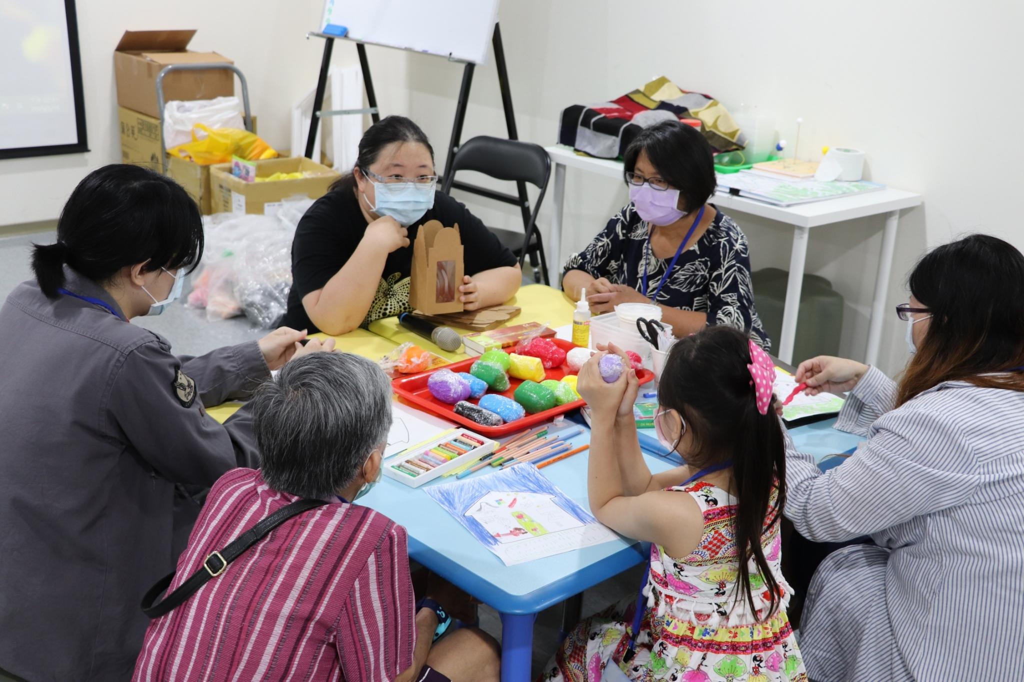 吳欣致藝術治療師引導家庭學員分享對家的回憶。