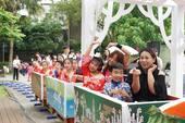 學童搭乘桐花小火車遊園