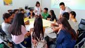 移工朋友於工作坊進行提案熱烈討論與內容調整。