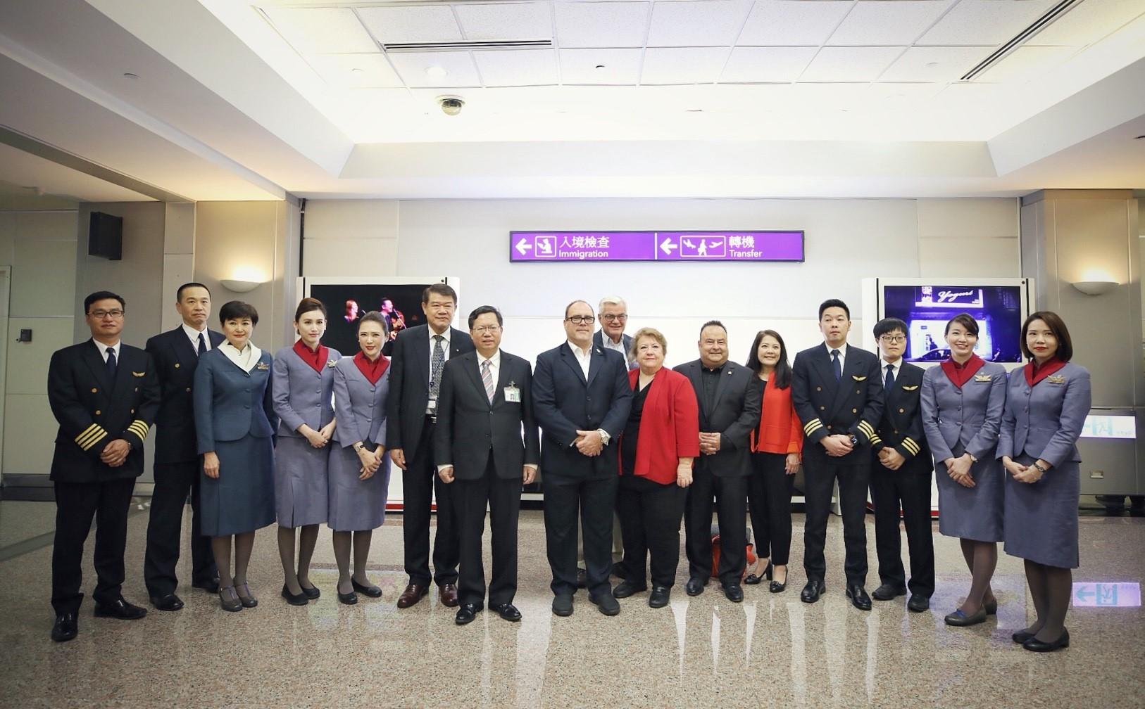 鄭文燦市長、中華航空何煖軒董事長、安大略訪問團與華航人員合影