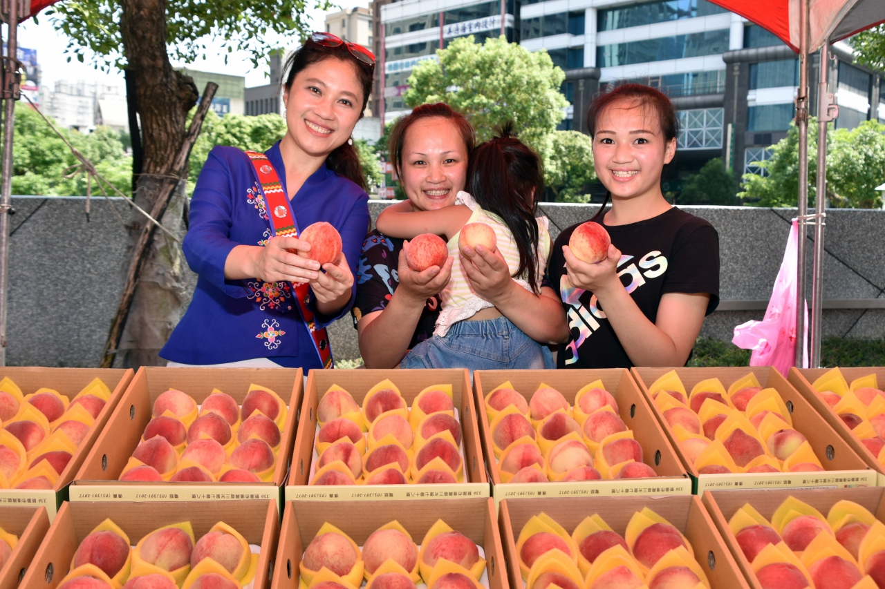 Mayor Cheng: promoting the sells of pea...