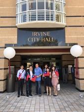 參訪團隊與爾灣市市長Donald Wapner爾灣市政府前合影