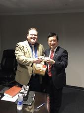 安大略國際機場行長Mark Thorpe與秘書處處長顏子傑