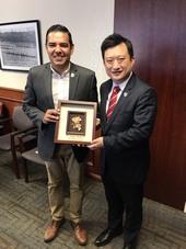長堤市市長Robert Garcia與秘書處處長顏子傑