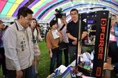 啟英高中動手做機器人創客團隊現場操作3D印表機