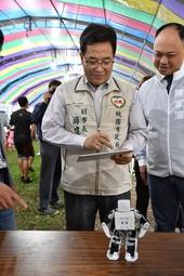 游副市長操作自造機器人