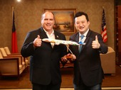 顏處長把777-300ER桃園市彩繪機送給SBC郡監督,象徵桃園-安大略首航順利【另開新視窗】