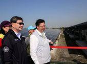市長與環保局長巡視太陽能板設置情況【另開新視窗】