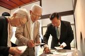 (左起)會長夫人、春田直明會長、市長
