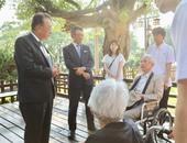 日台交流協會代表沼田幹夫與春田家族談話