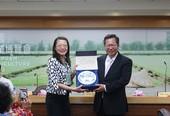 鄭市長與訪團團長黃瑞瑩