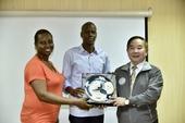王副市長代表致贈海地總統禮品【另開新視窗】