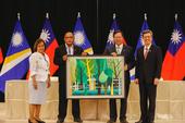 鄭市長贈送米路哈勇「生命樹」作為簽約禮【另開新視窗】