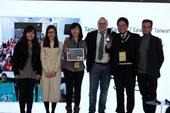 桃園市政府勞動局榮獲公民參與最佳實踐獎並與主辦單位合影