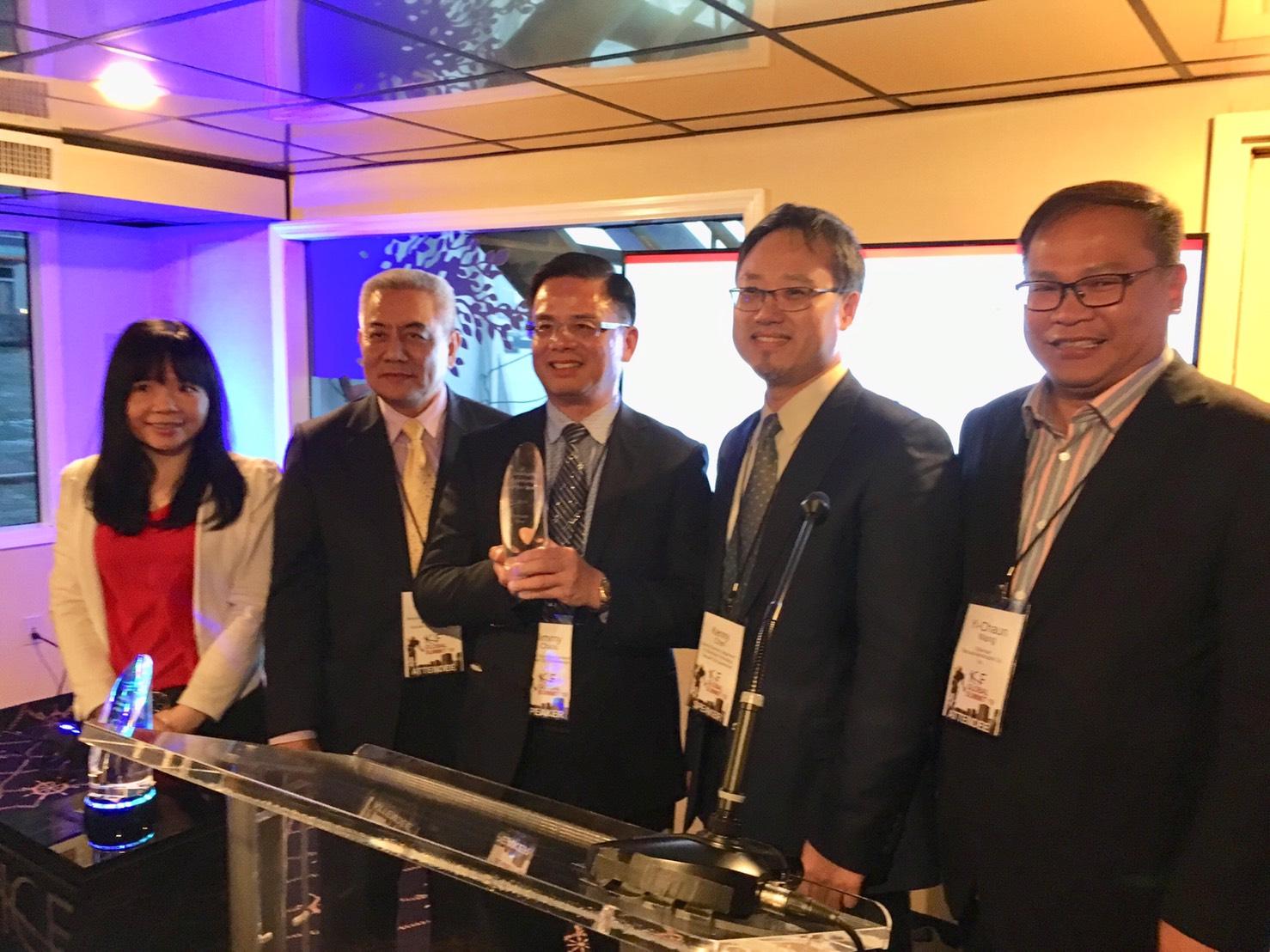 「2019全球年度智慧城市」首獎,由桃園市政府邱俊銘副秘書長與其他市府團隊成員合影