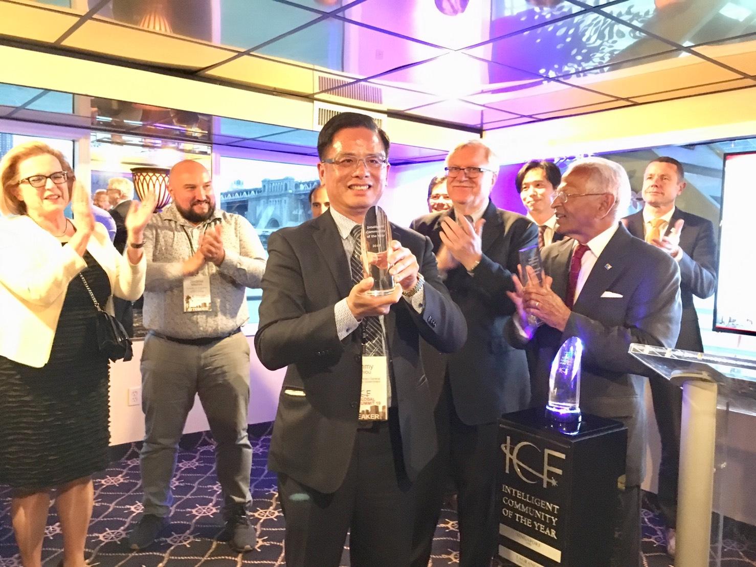 「2019全球年度智慧城市」首獎,由桃園市政府邱俊銘副秘書長代表領取