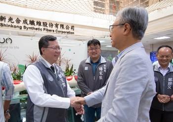 鄭市長和與會貴賓握手致意