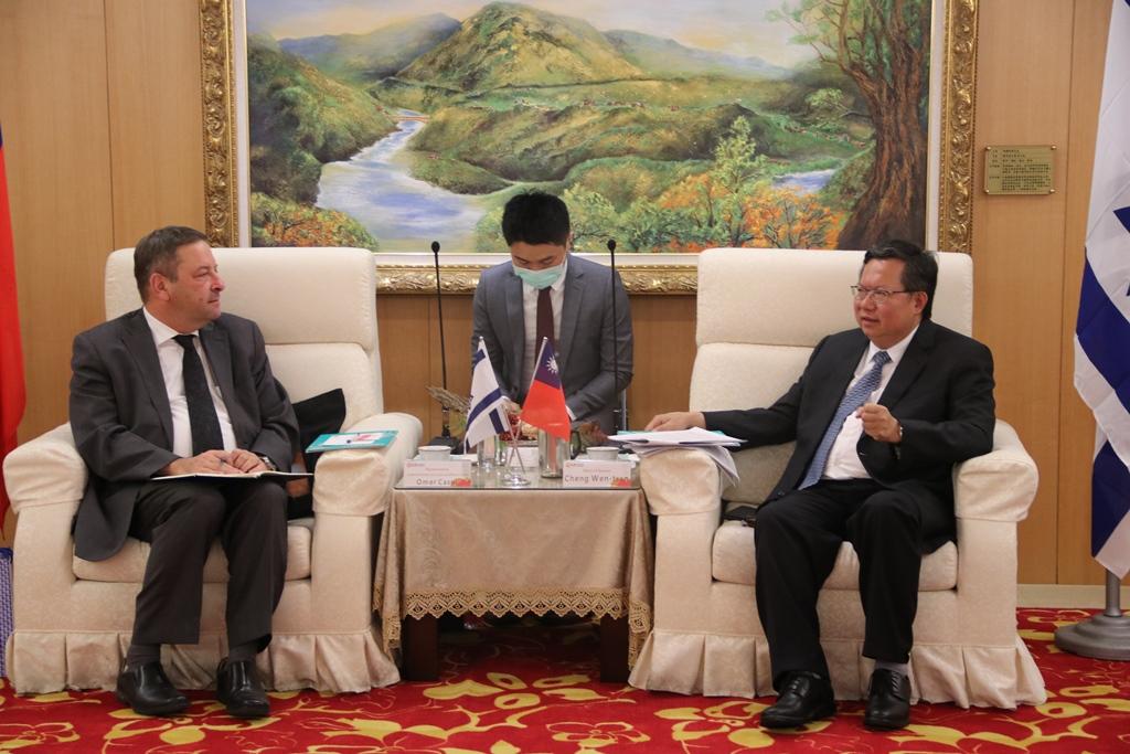 駐台北以色列經濟文化辦事處代表柯思畢(左),訪桃園市長鄭文燦。