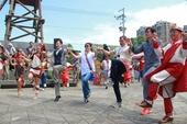 邱副市長與紐西蘭毛利電視台台長Paora Maxwell及Kolas局長和族人一起跳泰雅舞蹈