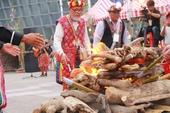 卑南族 Rahan(拉漢,祭司)帶領族人與貴賓點火儀式【另開新視窗】