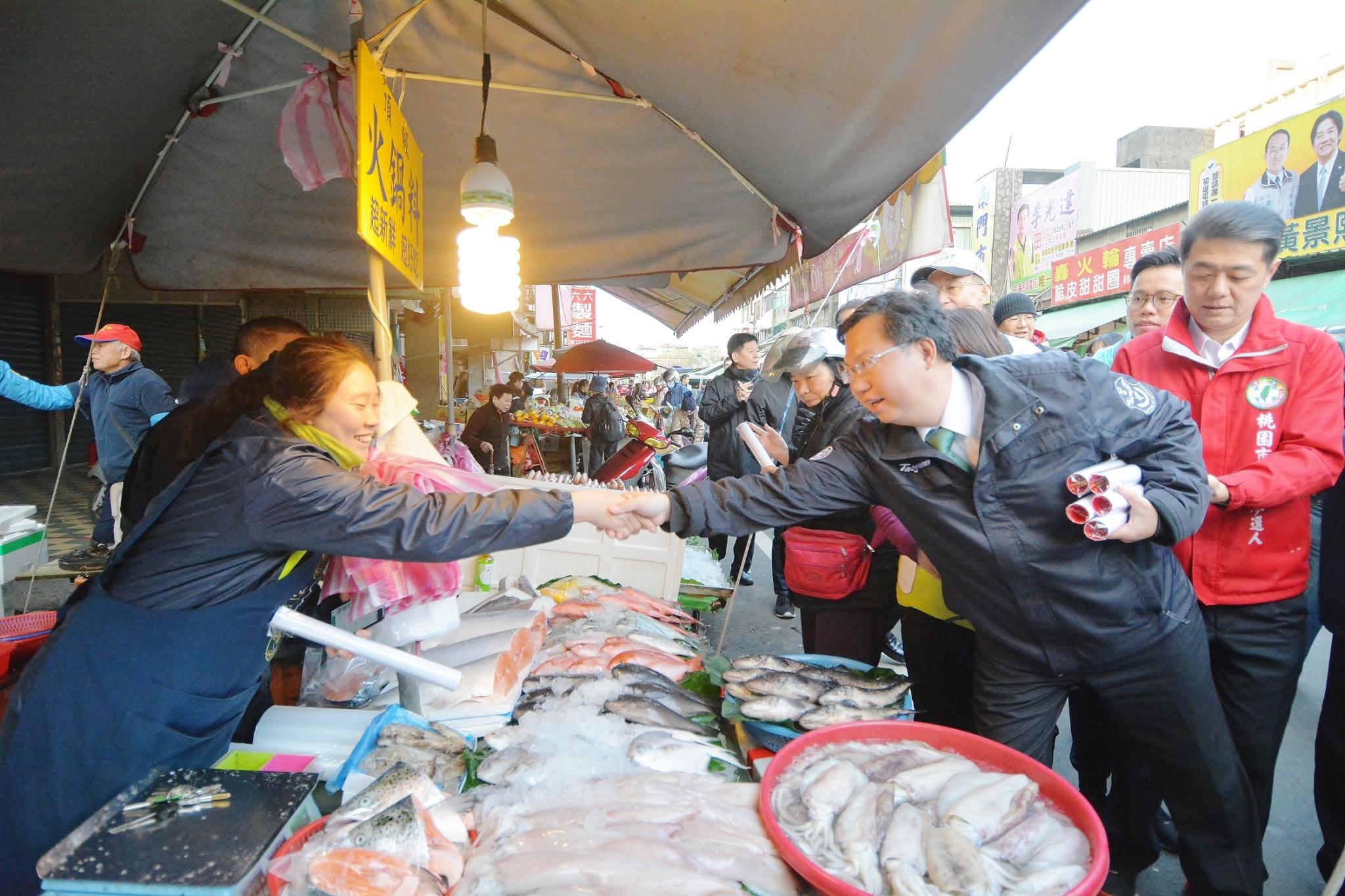 鄭市長訪視南門市場,祝福大家生意興隆、新年快樂