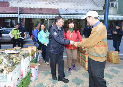 鄭市長訪視中壢青果商圈,祝福大家生意興隆、新年快樂