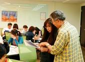 講師彭素華(左)現場指導學員的實作文稿【另開新視窗】