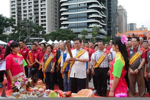 市長與貴賓及各社團代表一同上香祈福【另開新視窗】