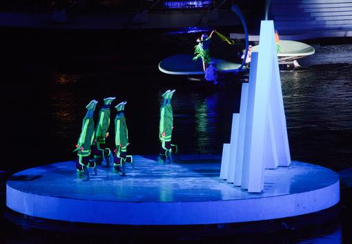結合特技及舞蹈的水上劇場【另開新視窗】