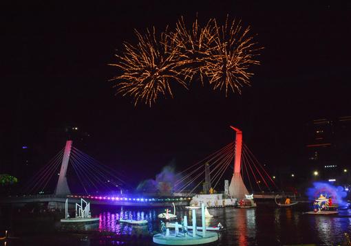 璀璨煙火與水上劇場相互輝映【另開新視窗】
