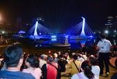 民眾觀賞水上劇場演出【另開新視窗】