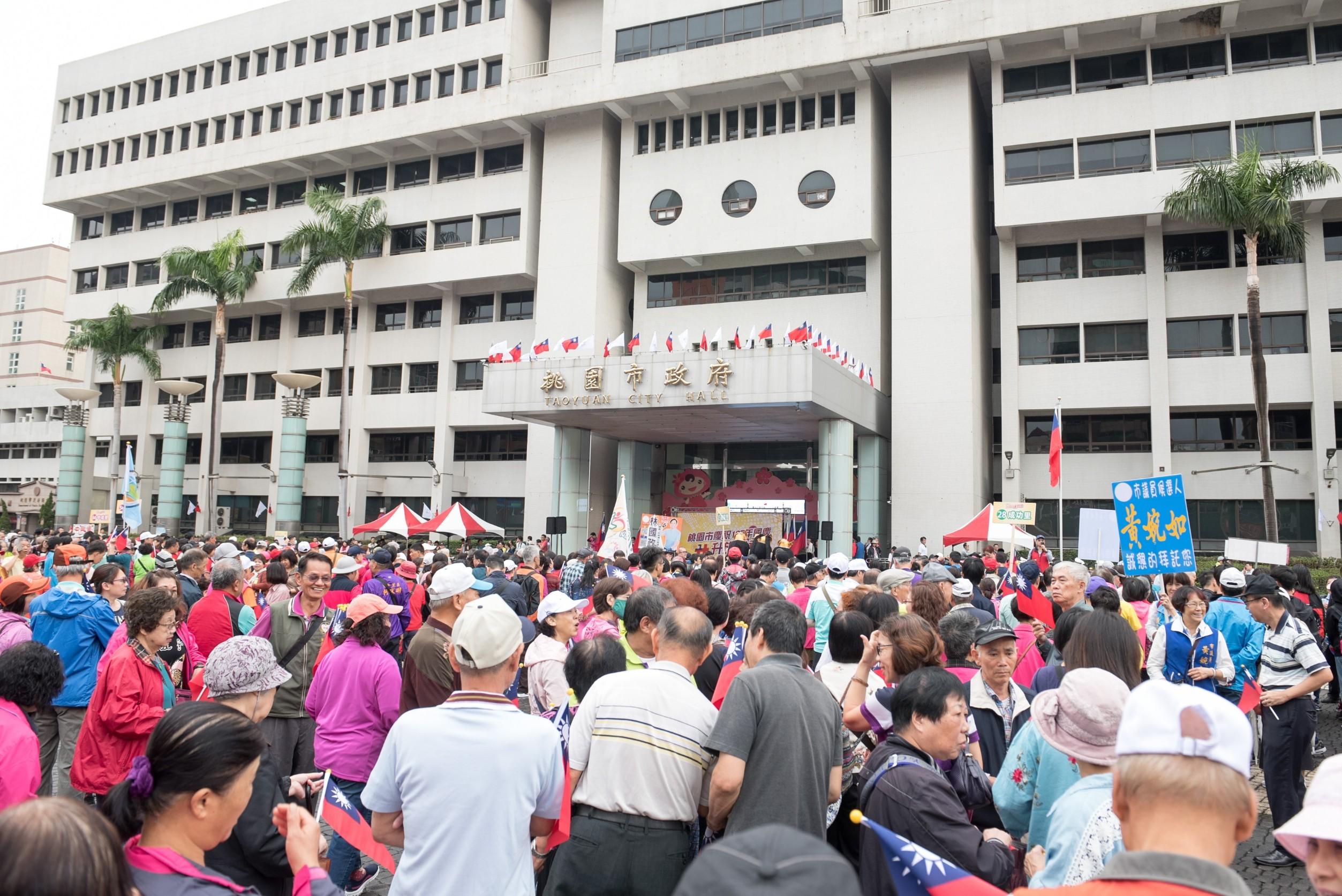 市府前廣場吸引眾多市民朋友前來參加國慶升旗典禮