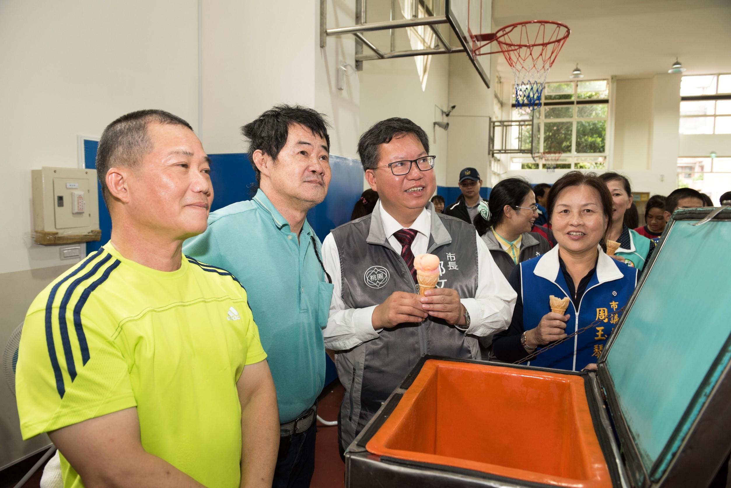 市長和與會來賓及市民朋友體驗眷村文化