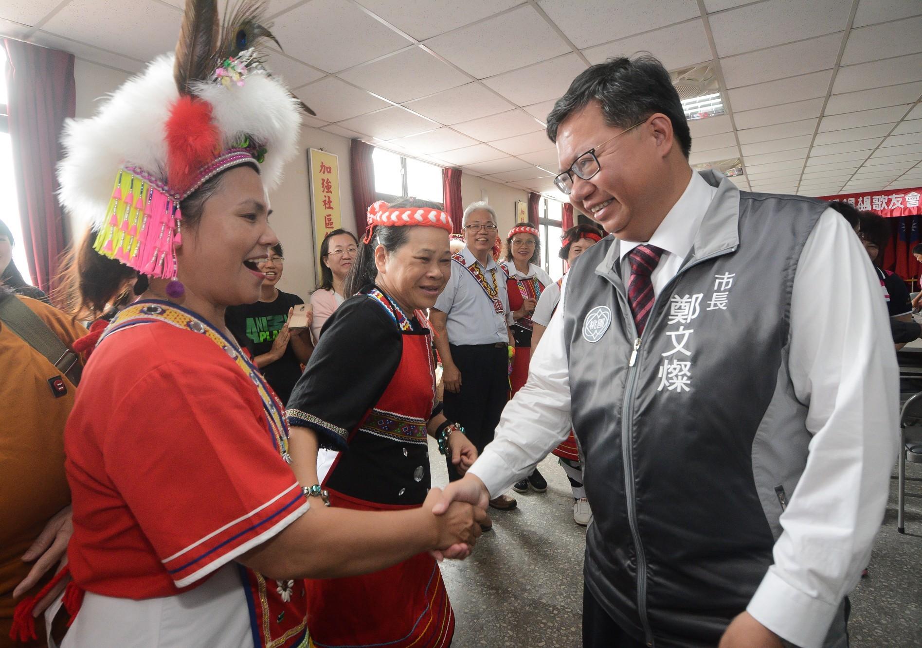 市長和原住民族市民朋友握手寒暄