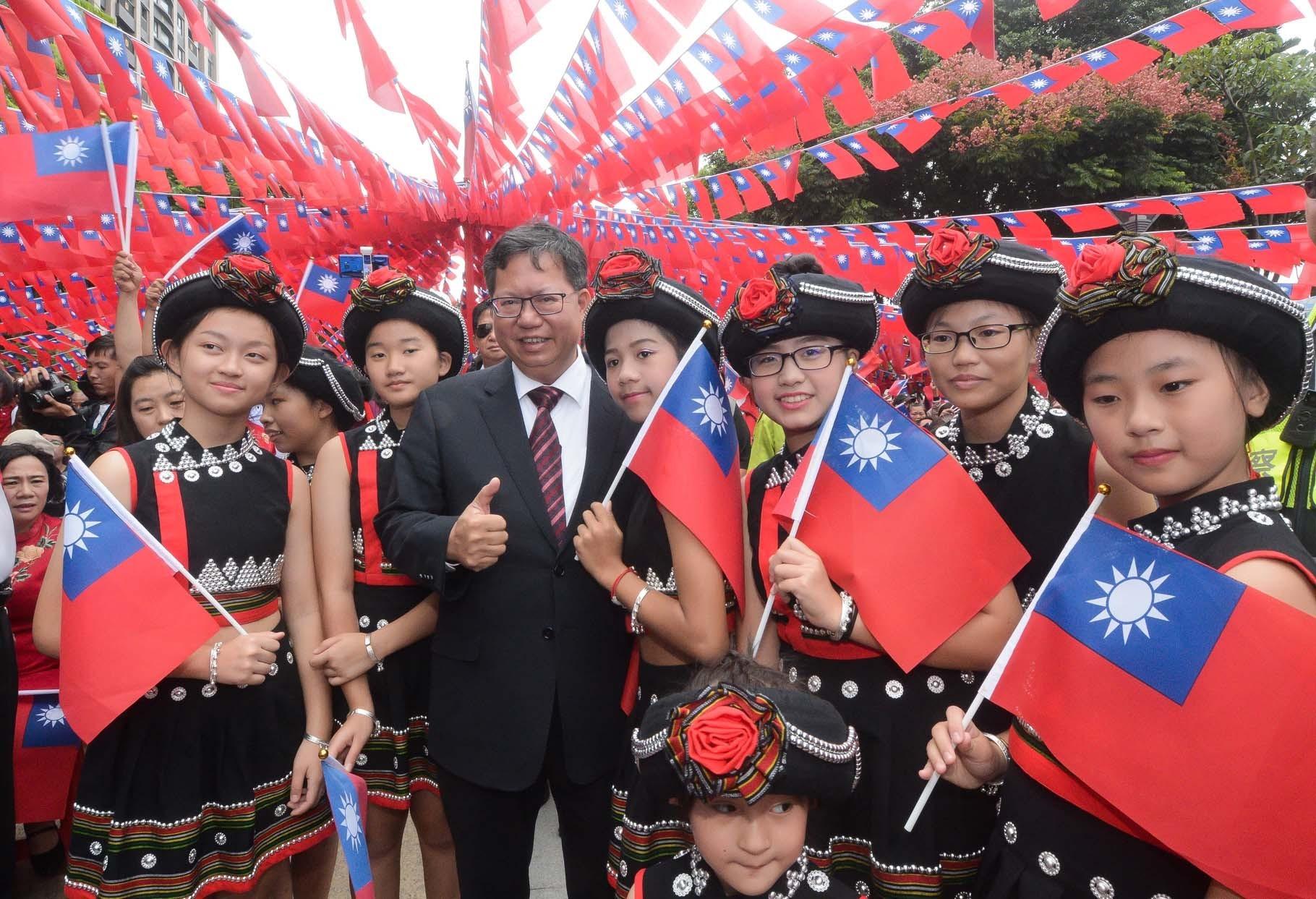 市長和市民朋友在國旗飄揚下合影