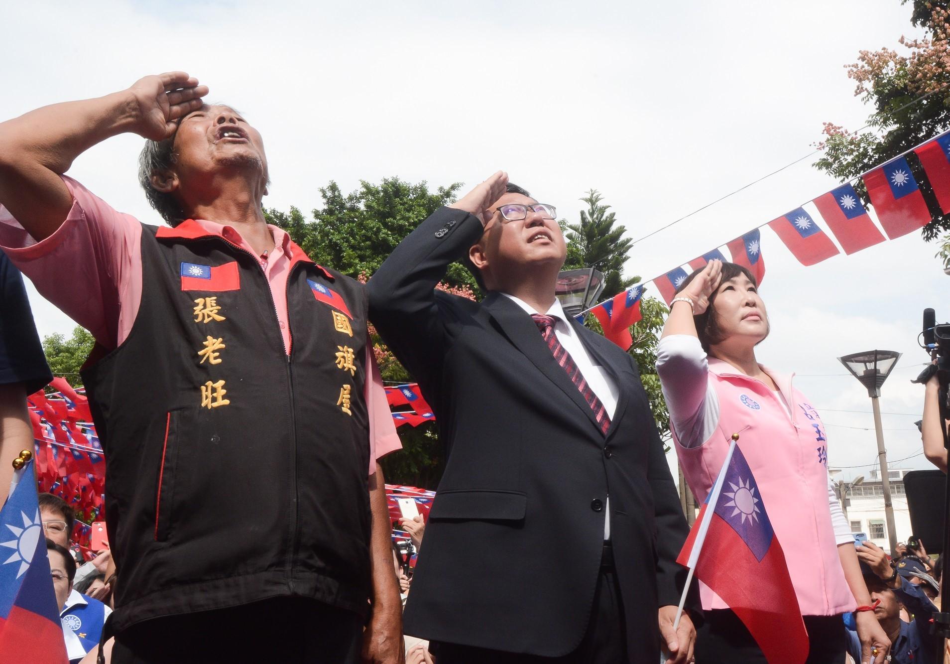 市長和國旗屋主人向國旗致敬