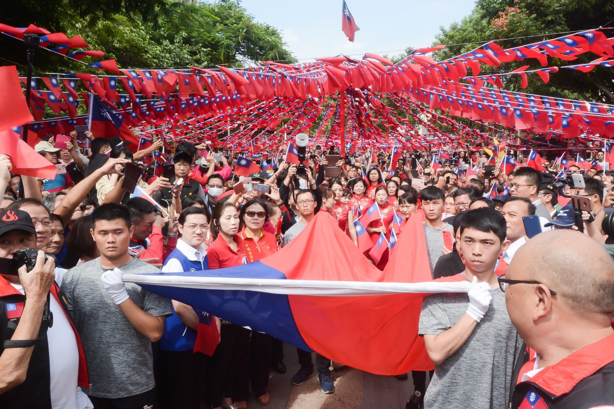 107年雙十牽手升國旗活動,現場國旗飄揚,展現愛國心