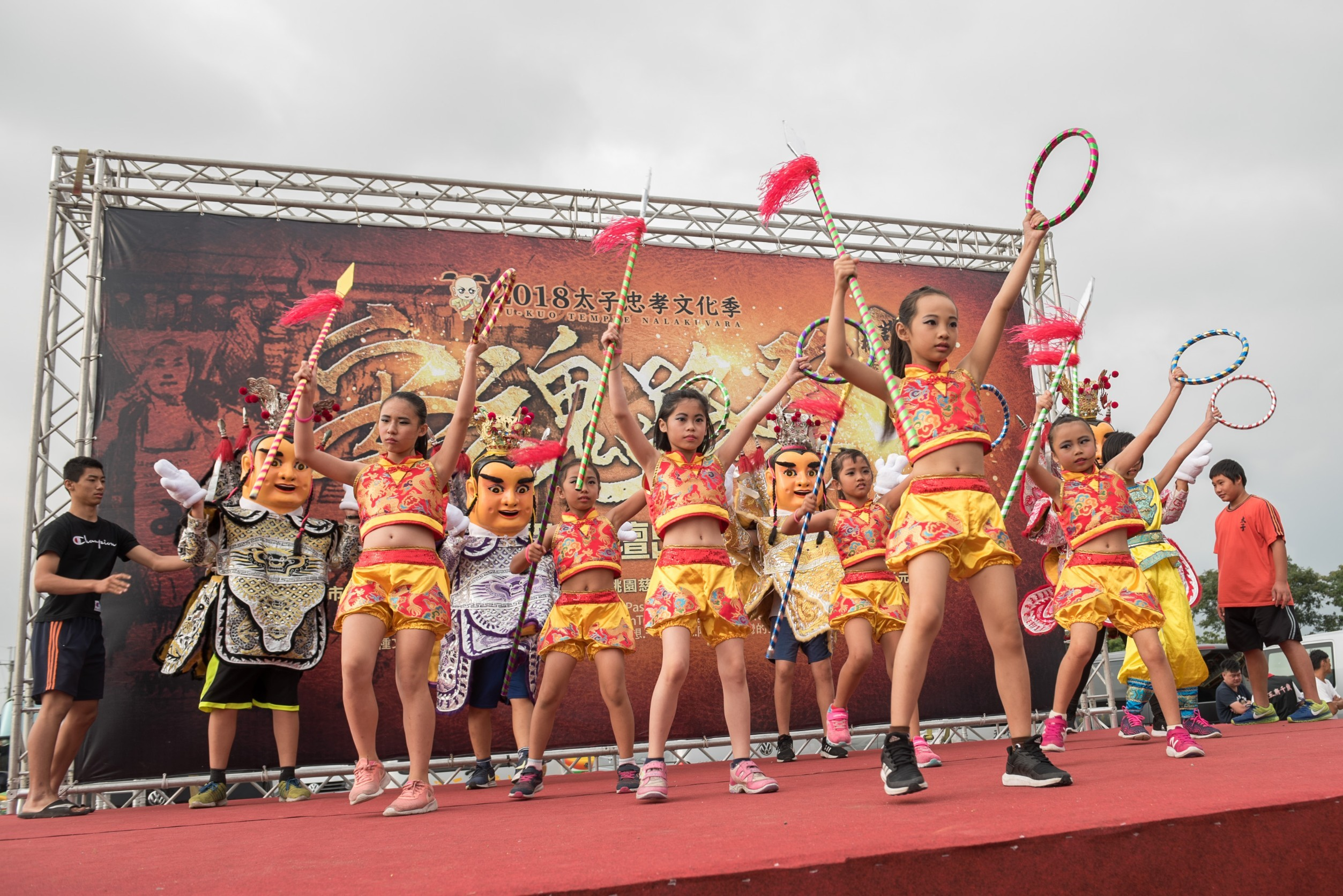 護國宮太子護國中壇出軍起駕大典舞台上,小朋友精彩的傳統技藝表演
