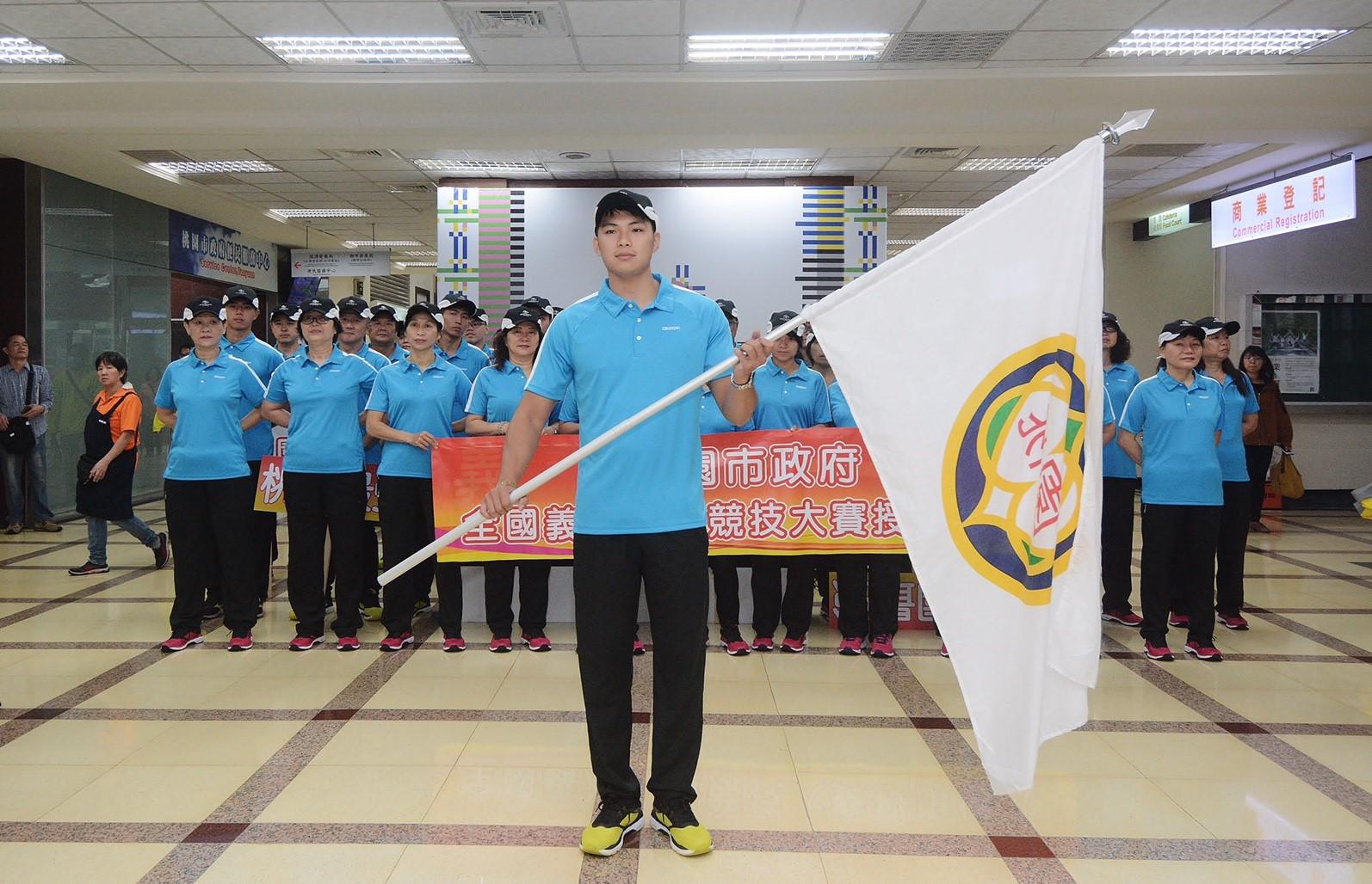 參賽選手代表接旗