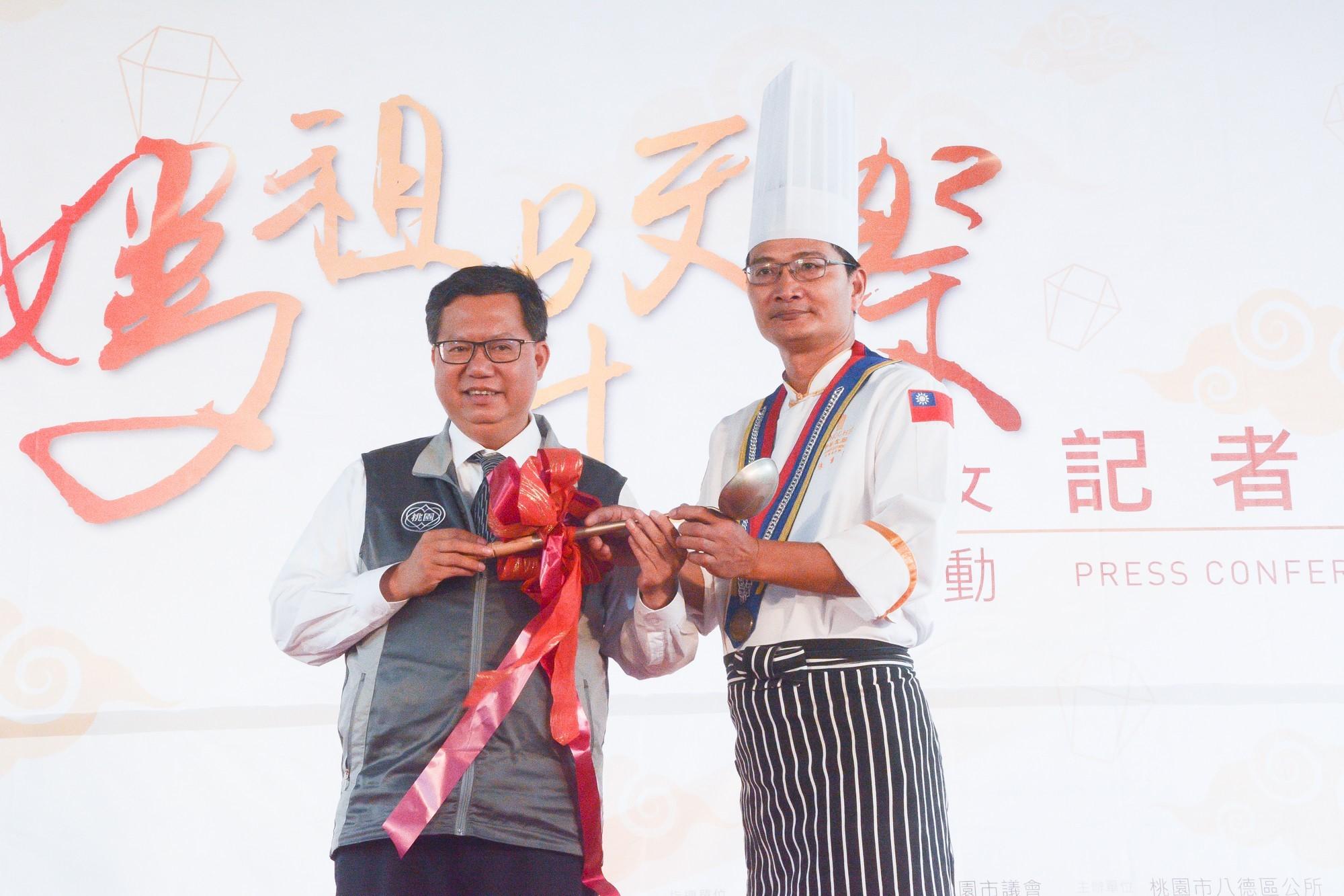 市長將湯勺交給主廚,象徵「千人食福宴」將有經典美食上桌
